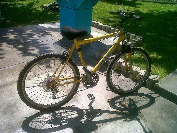 Con esta bici empecé a ir al trabajo y a clases. Le coloqué una parrilla, le cambié los frenos e incluso le llegué a poner una canastilla.