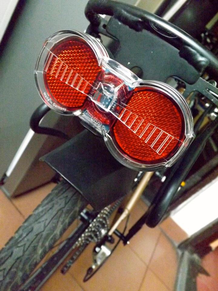 Yo utilizo la luminaria trasera de marca Busch&Müller Toplight Flat S. Una maravilla tecnológica.
