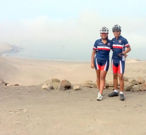 """Sthefanny y Dieter luciendo sus camisetas y lycras """"El Perú en Bicicleta"""""""