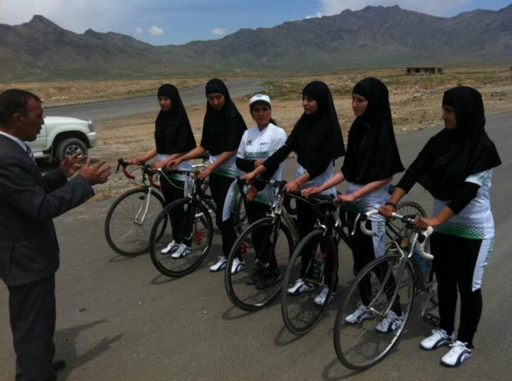 El Equipo Nacional de Ciclismo Femenino en Afganistán es apoyado por (Live) GIANT.